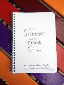 Tag 19, Sommerregen (Spruch: Auch im Sommer bringt sich regen Segen. Die Wörter Sommer und Regen sind hervorgehoben).. Zeichnung und Foto: Ania Groß