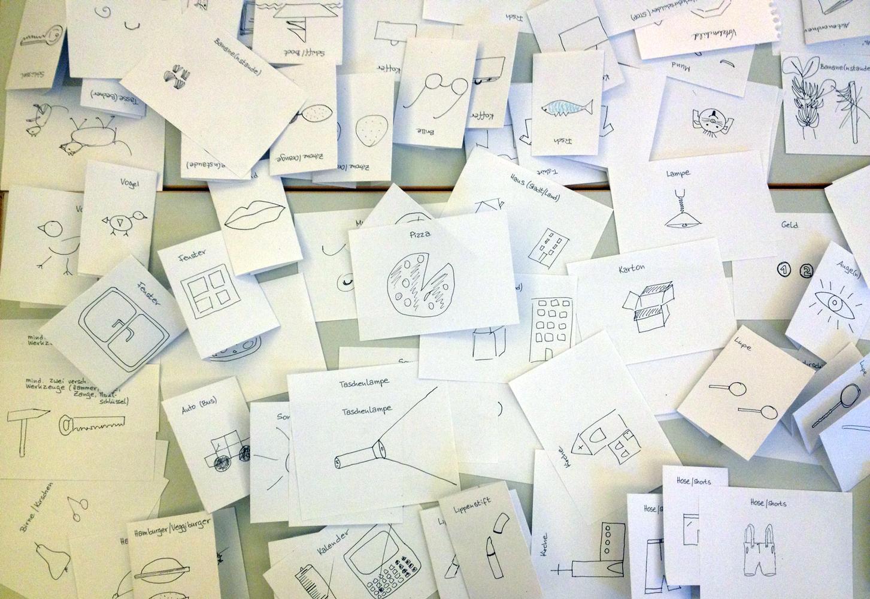 Jede Menge kleine Zettel mit gezeichneten Gegenständen. © Foto: Ania Groß