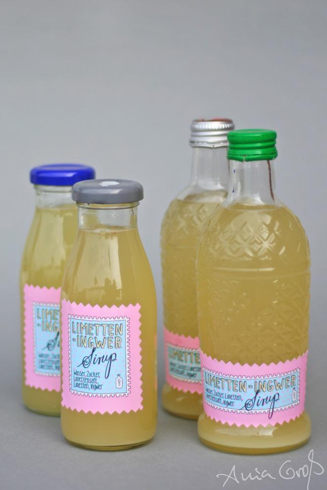 Vier Flaschen mit Sirup. Abgefüllt in zwei unterschiedlichen Flaschenarten. Was grad so da war. Lettering/Foto: © Ania Groß