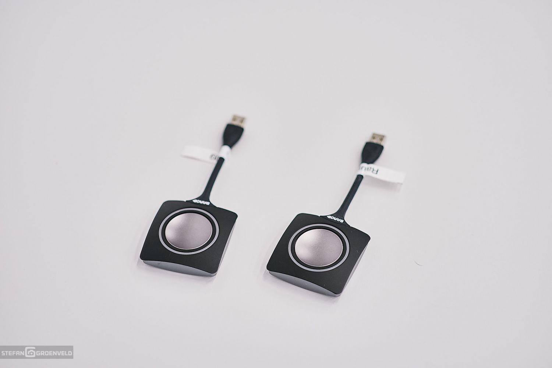 Die beiden kleinen Geräte für den drahtlosen Beameranschluss. Foto: Stefan Groenveld